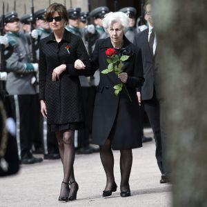 Assi och Tellervo Koivisto anländer till Sandudds begravningsplats den 25 maj 2017.