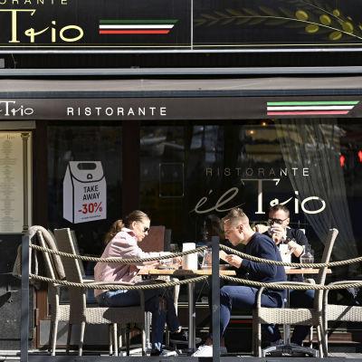 Ihmisiä Il Trio ravintolan terassilla Helsingissä