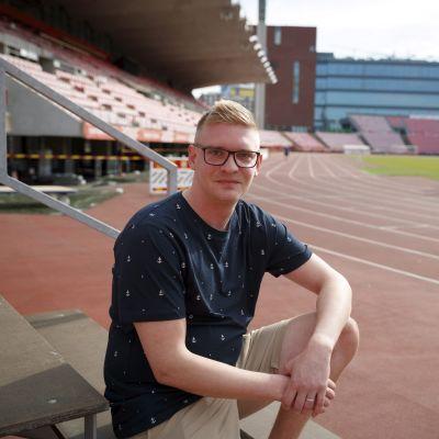 Jani Saarinen Ratinan stadionilla Tampereella 14. toukokuuta 2021. Saarinen vammautui saatuaan yleisurheilun hallikisoissa kiekosta päähänsä.