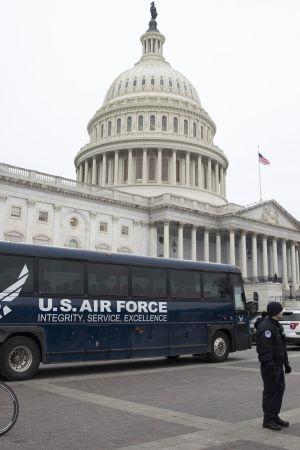 Det amerikanska flygvapnets buss stod redan parkerad utanför Kapitolium och en del av delegationen satt i bussen och väntade då Trump stoppade Pelosis resa.