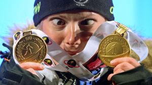 Marie Dorin Habert med sina två guld, skidskytte-VM i Kontiolahti 2015.