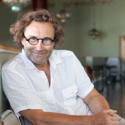 Kuvassa Espoon kaupunginteatterin johtaja Erik Söderblom.