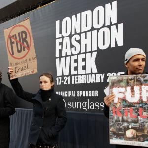 Djurrättsaktivister protesterar mot pälsanvändning under modeveckan i London i februari 2017.