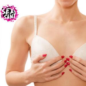 Kvinna i BH håller för sina bröst