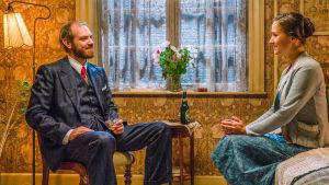 Morten och Fie ler mot varandra i dramaserien Badhotellet.