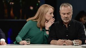 Annie Lööf (C) viskar något till Jan Björklund (L).