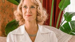Hymyilevä Alice Frigh sarjassa Rantahotelli