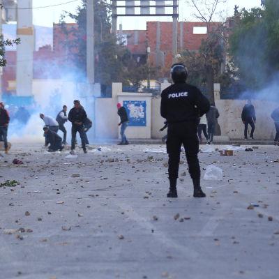 Polis och demonstranter drabbar samman i staden Kasserine, där protesterna började för knappt en vecka sedan