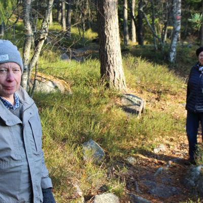 Anders Gästgifvars och Pirjo Voivalin på en solig stig i skogen