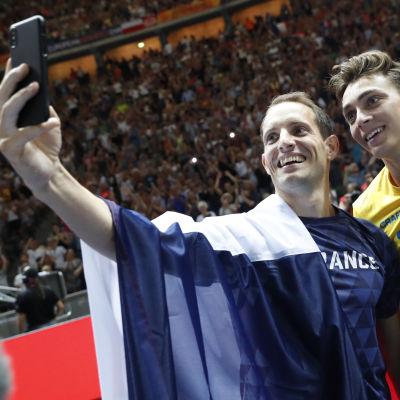 Renaud Lavillenie och Armand Duplantis tar selfie.