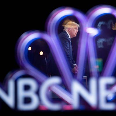 Donald Trump hade åkt till Miami för att delta i NBC:s utfrågning. NBC har fått kritik för beslutet att sända utfrågningen samtidigt som ABC redan hade beslutat att ordna utfrågningen med Joe Biden.