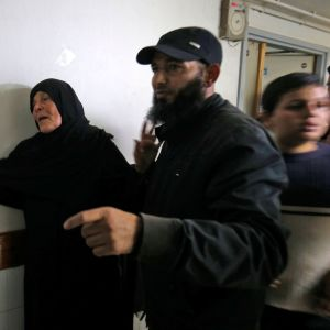 Mamman till Nour Baraka - den dödade palestinska kommendören - fotograferades på söndag kväll på bårhuset i Khan Yunis.