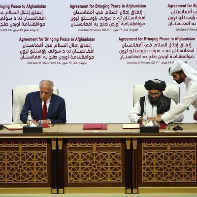 Avtal undertecknas mellan USA och talibanerna i Doha.
