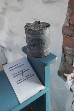 """Harmaa peltipurkki, jossa lukee """"kirkon rahasto""""."""