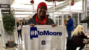"""""""No Moore"""" står det på skylten som volontärer delade ut i Alabama i slutet av kampanjen"""