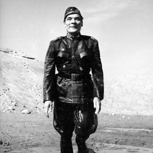 Uljas Kandolin pataljoonankomentajana elokuvassa Sotapojan heilat.