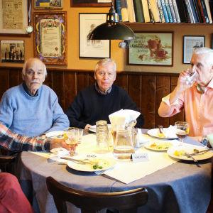 Nisse Häggblom Sven Wasström  Stig Hellbom Gustav Lindroos och Caj Grönholm kring ett runt bord på restaurang Salve