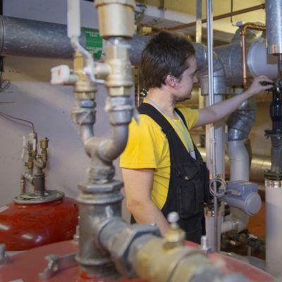 kiinteistöautomaatio, työntekijä lämmönjakohuoneessa