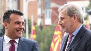 Makedoniens premiärminister Zoran Zaev (t.v.) välkomnar EU:s utvidgningskommissionär Johannes Hahn i Skopje.