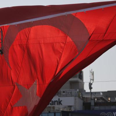 Turkiska flaggan vid Taksimtorget i Istanbul.