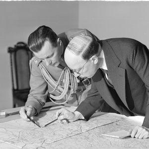 Tasavallan presidentti Risto Ryti (oik.) ja adjutantti, everstiluutnantti Åke Slöör