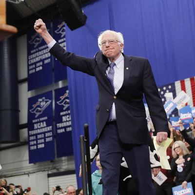Bernie Sanders med näven i luften inför sina anhängare.