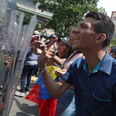 Demonstranter konfronterar kravallpolis i Venezuela.