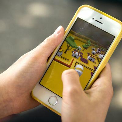 Kännykällä pelaaminen