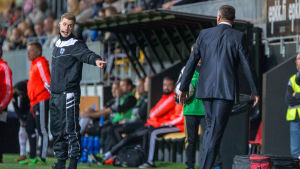 Fotbollsdomare försöker lugna ner Shefki Kuqi under SJK-FC Inter