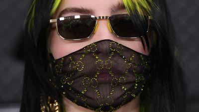 Artisten Billie Eilish bär ett genomskinligt ansiktsskydd.
