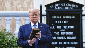 Donald Trump håller upp en Bibel utanför kyrkan i Lafayette-parken i närheten av Vita huset.