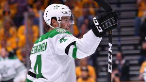 Miro Heiskanen firar i sin första NHL-slutspelsmatch i karriären.