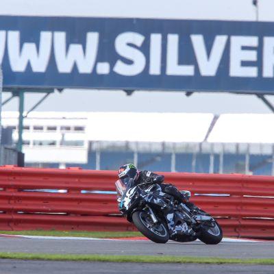 Ulla Kulju ajaa moottoripyörällä Silverstonea.