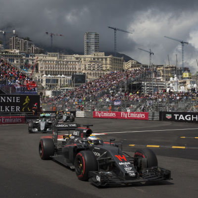 Fernando Alonso kör genom en kurva i Monaco