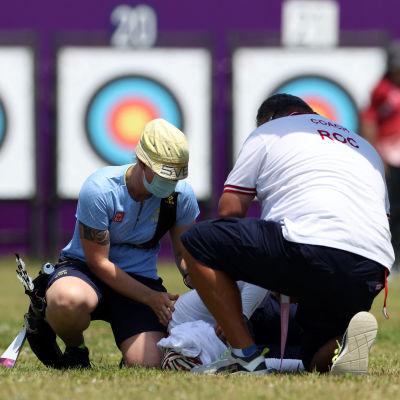 Svetlana Gombojeva får hjälp efter att ha svimmat.