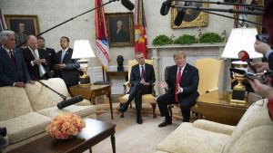 Trump pratar, Stoltenberg lyssnar i Ovala rummet med pressen på plats.