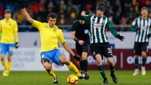 Roman Eremenko i en duell för sin ryska klubb Rostov.
