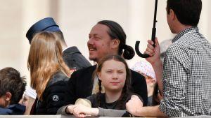 Greta Thunberg väntar på påvens audiens på Petersplatsen i vatikanen den 17 april 2019