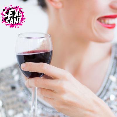 Kvinna med vinglas i handen.
