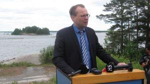 Försvarsminister Jussi Niinistö vid militärövningen Baltops