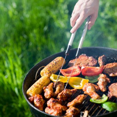 Grill full med grönsaker och kött.