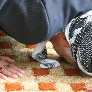 En muslimsk man ber.