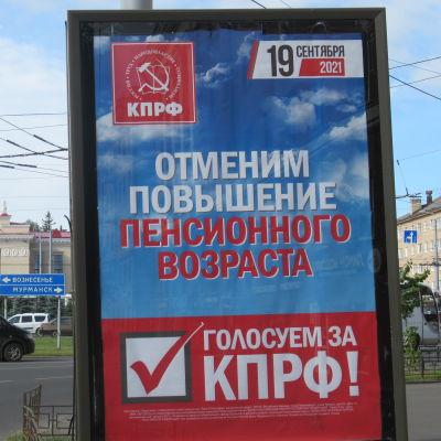 En skylt med det ryska kommunistpartiets valreklam. Texten lovar sänka pensionsåldern.