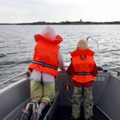 Barn på en båt.