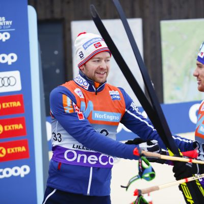 Fyran Dario Cologna gratulerar vinnaren Sjur Röthe.