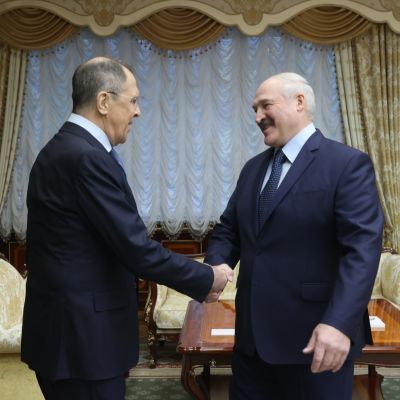 Aleksandr Lukasjenko skakr hand med Rysslands utrikesminister Sergej Lavrov under ett möte i Minsk 26.11.2020