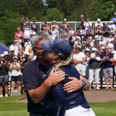 Matilda Castrén ja valmentaja Petteri Nykky halaavat.