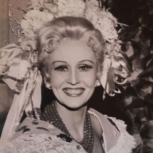Säteilevästi hymyilevä nuori nainen kreivitär Marizan rooliasussa kuvassa vuodelta 1972.