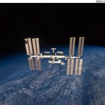 Internationella rymdstationen ISS i bana runt jorden.