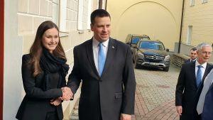 Estlands premiärminister Jüri Ratas tar emot Finlands statsminister Sanna Marin vid dörren till Stenbockska huset i Tallinn, det vill säga den estniska regeringsbyggnaden och premiärministerns residens.